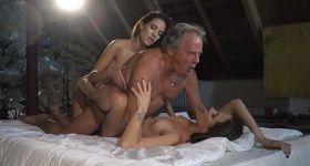Starý muž je v posteli a sexuje s dvomi mladými babami