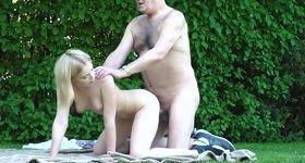 Public sex odzadu s blondínkou na deke