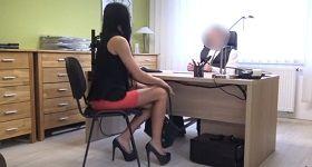 České porno dievča sedí v kancelárii pred sexom