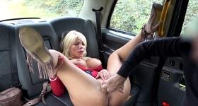Milfka vo fake taxi