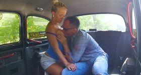 Sexy taxikárska blondínka