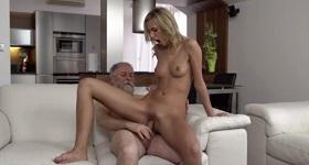 Sex s mladou blondínkou doma