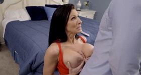 Sexík medzi jej prsia