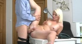 Sex na stole s blondínkou.