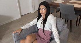 Sexy Hadid sedí v kresle