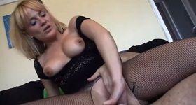 Sexuje doma synovým kamarátom
