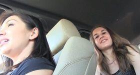 Dve stopárky v aute s public agentom