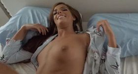 Sexy sestra Scarlett ukazuje prsia v posteli bratovi