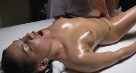 Mladá krásna brunetka si užíva erotickú masáž.
