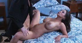 Sex so strážnikom a veľkými prsiami na posteli