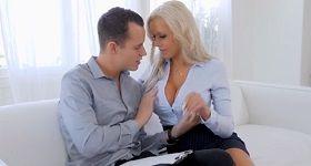 Blond MILFKA s veľkými kozami ide na vec, na sex